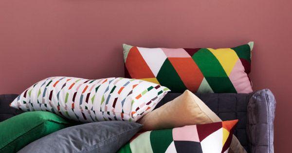 ein sofa mit verschiedenen kissen mit geometrischen mustern u a penninggr s kissen bunt. Black Bedroom Furniture Sets. Home Design Ideas