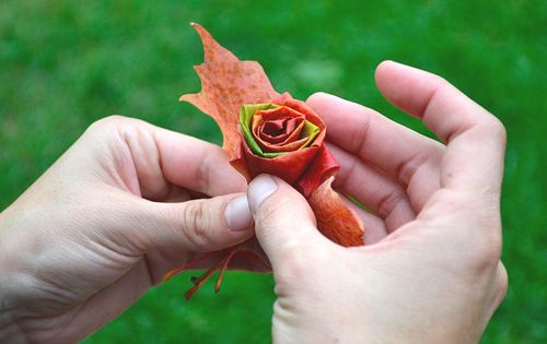 How To Make Autumn Maple Leaf Roses. So adorable if you don't