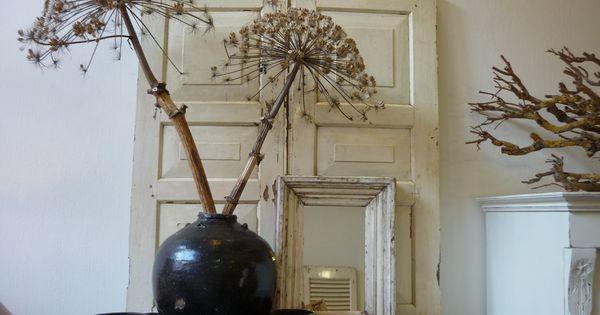 Interieur in creme en bruin oude luiken spiegel pot en schaaltjes takken bereklauw als - Ad decoratie binnen ...