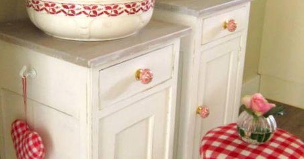 Brocante landelijke witte nachtkastjes met vergrijsd blad en porseleinen knoppen slaapkamer - Deco hoofdslaapkamer ...
