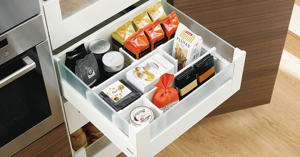 Blum voorraadkast keuken met handige indeling legrabox moderne apothekerskast keukens for Deco moderne keuken