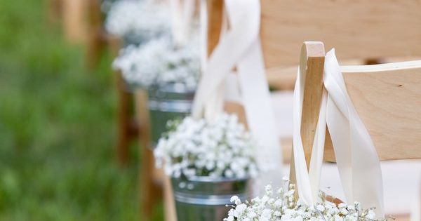 How cute are these babys breath flowers at tis summer wedding?! Located
