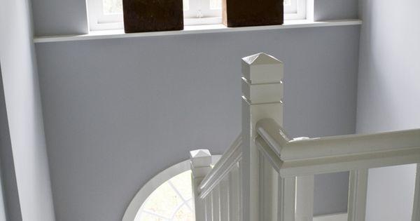 Witte houten trap met dubbel bordes bekleed met wollen loper in twee kleuren wonen - Witte houten trap ...