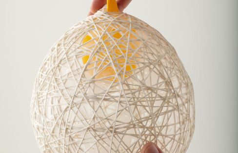 diy hanging string balls tricot et crochet d corations de bal et ballon d 39 or. Black Bedroom Furniture Sets. Home Design Ideas