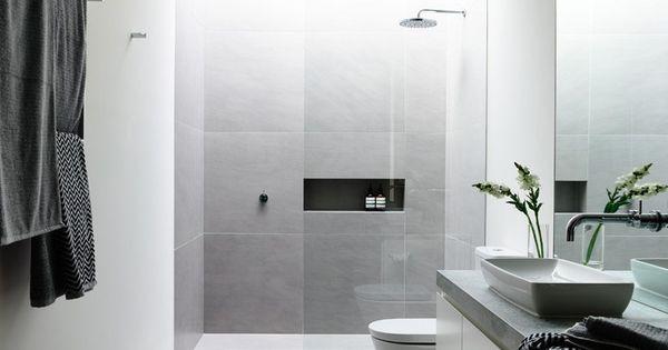Ba o amplio con conjunto de colores grises y blancos entre - Banos con paredes de cristal ...