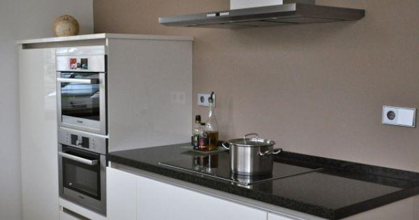 Witte hoogglans keuken met taupe muur stylist en interieurontwerper keuken - Muur wit en taupe ...