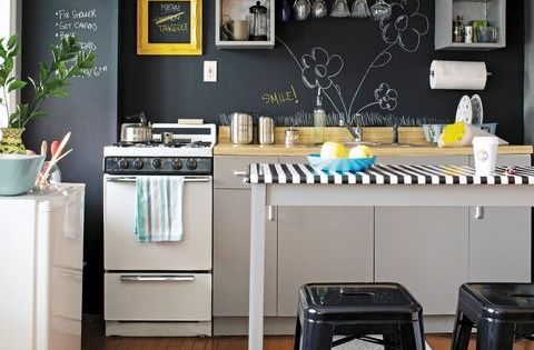 Cocina integral blanca peque a trastes visibles c lido for Cocina integral blanca pequena