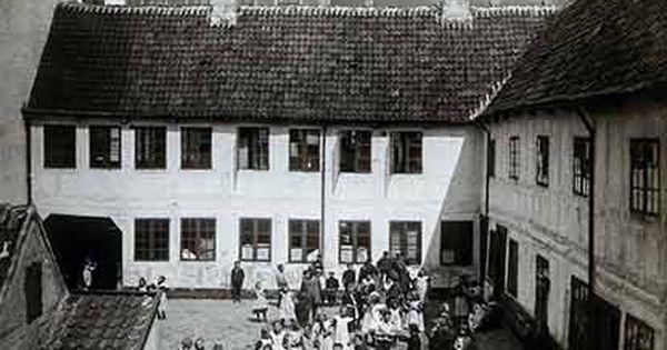 Foto Fra 1928 Bornene I Skolegarden Er Mulivis Fra Vaerneskolen Med Billeder Aarhus Skole