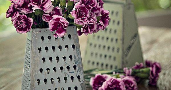 Flores no ralador: o utensílio cobre um pote com água para manter
