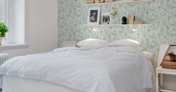 chambre avec tag re au dessus de la t te de lit chambre pinterest la tete tete de et en t te. Black Bedroom Furniture Sets. Home Design Ideas