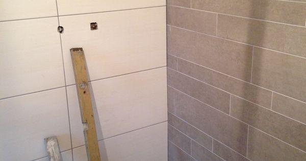 Wandetegels wit 30x60 en stroken grijs in de badkamer - Tegelwerk ...
