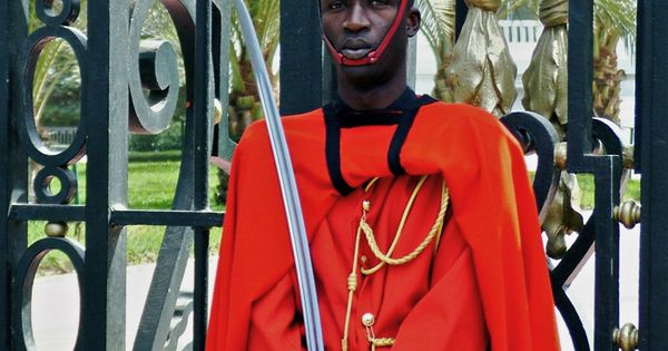 Palace guard of senegal posted in front of the for Fenetre mermoz dakar