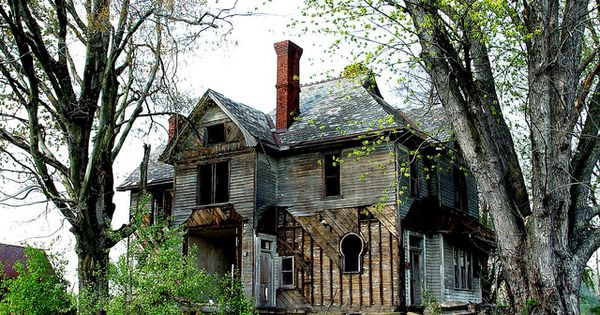 Photograph an old abandoned house Top 10 Abandoned, Amazing and Unusual Old