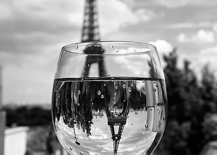 A toast to the Eiffel Tower! >> This is a neat picture,