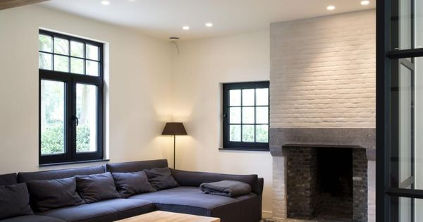 Hier zie je het mooie contrast tussen lichte muren en lichte vloer en dan de donkere - Meubilair zwarte keuken lak ...