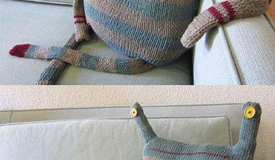 beast pillow - αχ να εχουμε κ εναν τετοιο να καθεται στο