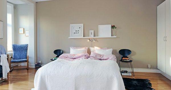 schlafzimmer-gestalten-im-skandinavischen-stil-größes-bett-stühle ... - Schlafzimmer Im Skandinavischen Stil