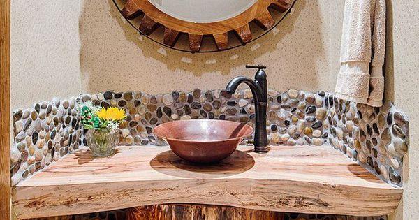 Petite salle de toilette de style rustique am nag e avec for Miroir bois brut