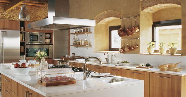 Cocina con una gran isla central con muebles de madera - Muebles de cocina con isla central ...