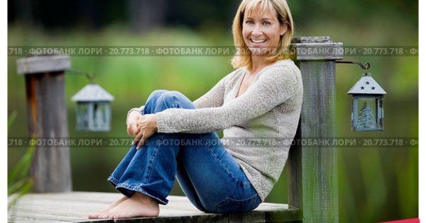 Девушка в галстуке голая на стуле верхом фото 496-731