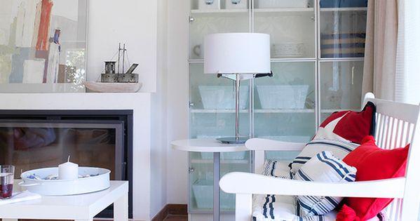 Un sal n peque o decorado en blanco y alacena de cristal - Salones decorados en blanco ...