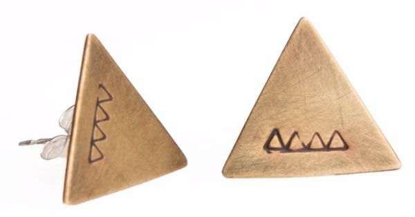 Etched triangle studs earrings.