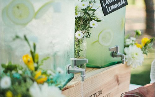 drink dispenser. dispensador de bebidas. refreshment table. mesa de refrescos. wedding drinks.