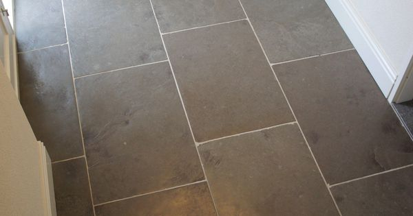 Een schitterende verouderde leisteen vloer verwerkt op banen met wisselende lengtes naam - Imitatie cement tegels ...