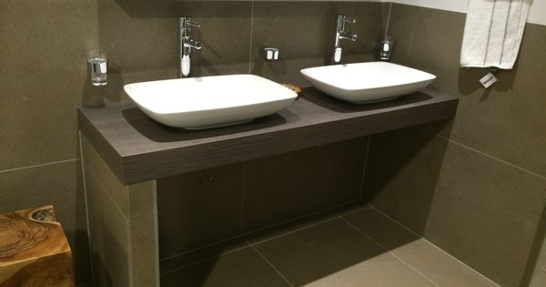 Zelf badkamer meubel maken met vloertegen wel kasten inbouwen voor opbergruimte waskommen - Ouderlijke badkamer ...