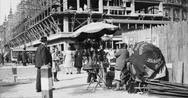 Berlin Bauarbeiten Am Alexanderplatz Blumenfrau Am Bauzaun 1930 Berlin Berlin Geschichte Historische Fotos