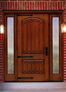 アメリカ南西部や イタリアのトスカーナ地方をイメージさせるドア オプションのストラップヒンジやクラボスをつけて 素朴