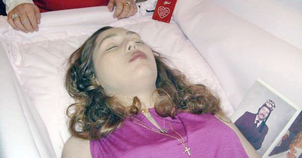 An American woman in her open casket during her funeral ... | 600 x 315 jpeg 27kB