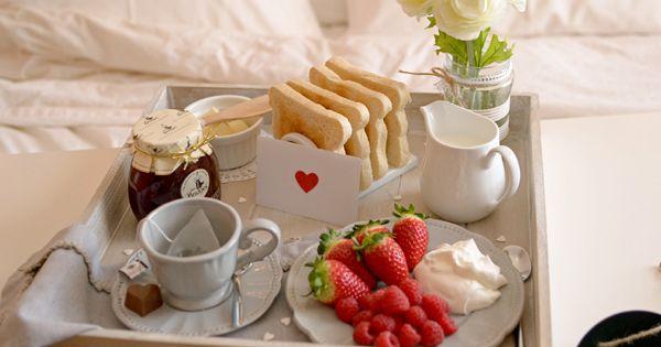 La chica de la casa de caramelo desayuno en la cama por san valent n san valentino - Desayunos en casa ...