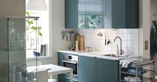 une petite cuisine moderne avec murs blancs et portes en gris turquoise brillant d coration. Black Bedroom Furniture Sets. Home Design Ideas
