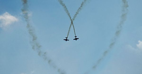 planes form heart in sky Airplanes write heart in sky ♥