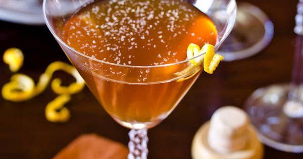 Drink Recipe ● Spiced Manhattan Holiday Cocktail