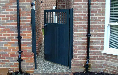 Side gate bespoke contemporary wooden garden gates for Door to gate kontakt