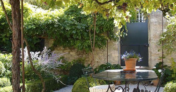 Pea gravel patio garden pinterest tuinen atelier en kleine tuinen - Wijnstokken pergola ...