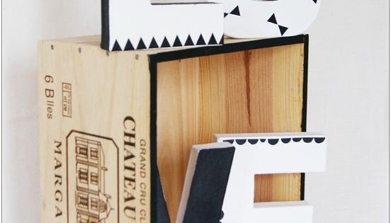 Le diy du mercredi d corer son mur avec des caisses de - Caisse a vin en bois bricolage ...