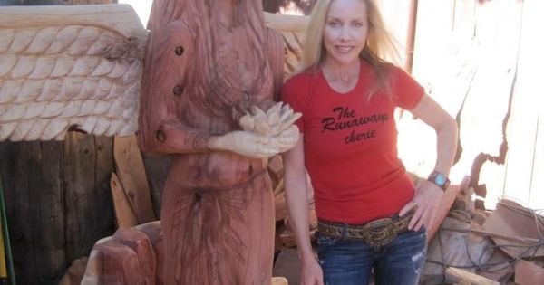 Chainsaw artist and ex runaway cherie currie with one of