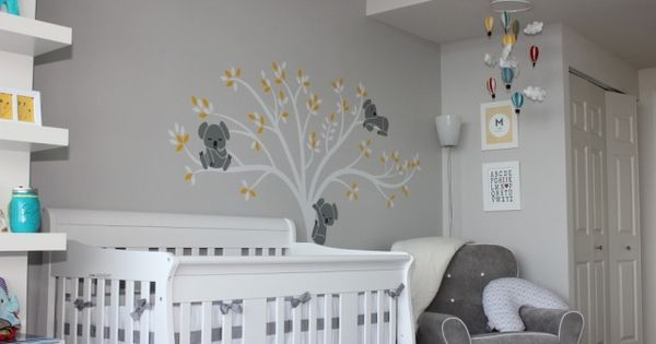 babyzimmer neutral gestalten graue wandfarbe baum mit koala b rchen babyzimmer nursery. Black Bedroom Furniture Sets. Home Design Ideas