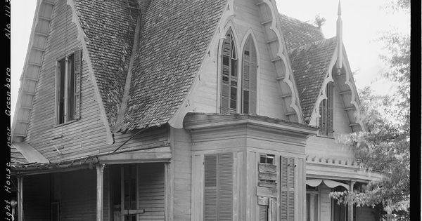 Southern gothic home in greensboro alabama homes for Casa revival gotica