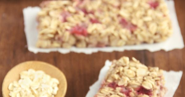 A simple recipe for skinny, clean-eating Strawberry Banana Granola Bars. So much