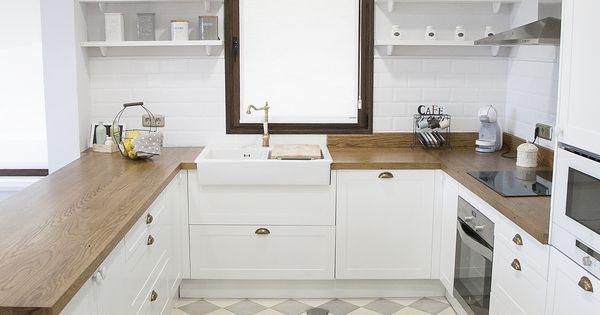 Cocina blanca encimera de madera suelo hidr ulico for Cocinas santander