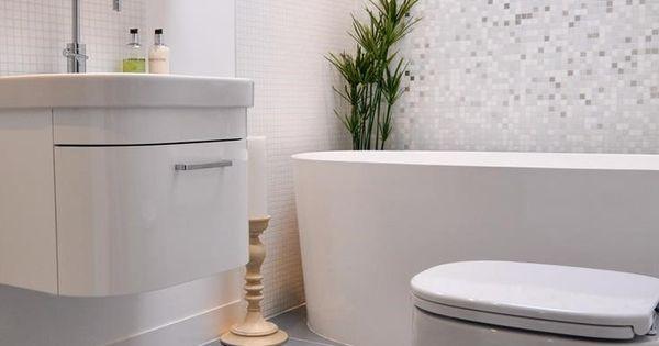 Mosa que blanche et brillante dans la salle de bains for Mosaique salle de bain blanche