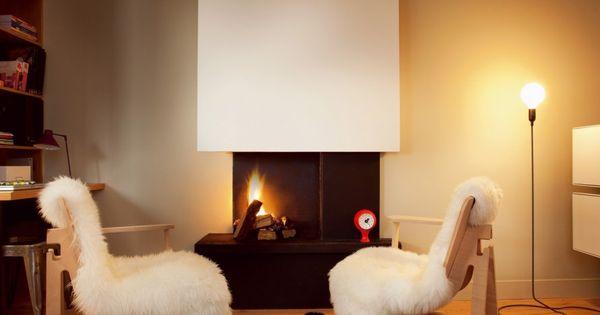 Un salon avec chemin e aux inspirations nordiques for Petit salon avec cheminee