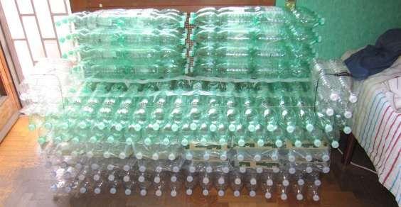 Poltrona Bottiglie Di Plastica.Bottle Sofa Project Come Realizzare Un Divano Di Bottiglie Di