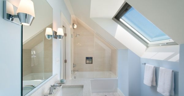 Moderne gestaltung badezimmer mit dachschr ge dachfenster for Blaue badezimmer