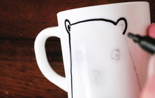 pour transf rer un mod le sur un mug avec une feuille un crayon de papier et un feutre pour. Black Bedroom Furniture Sets. Home Design Ideas