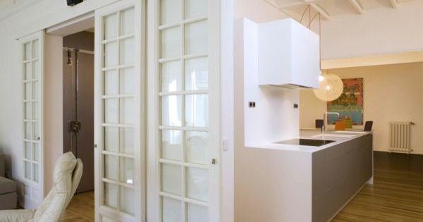 Porte coulissante en bois petite cuisine mobilier blanc for Decoration porte lave vaisselle